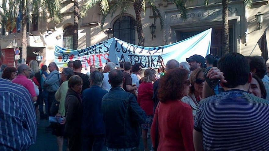 Más de un centenar de personas se suman en Valencia a la convocatoria de movilizaciones contra la Troika