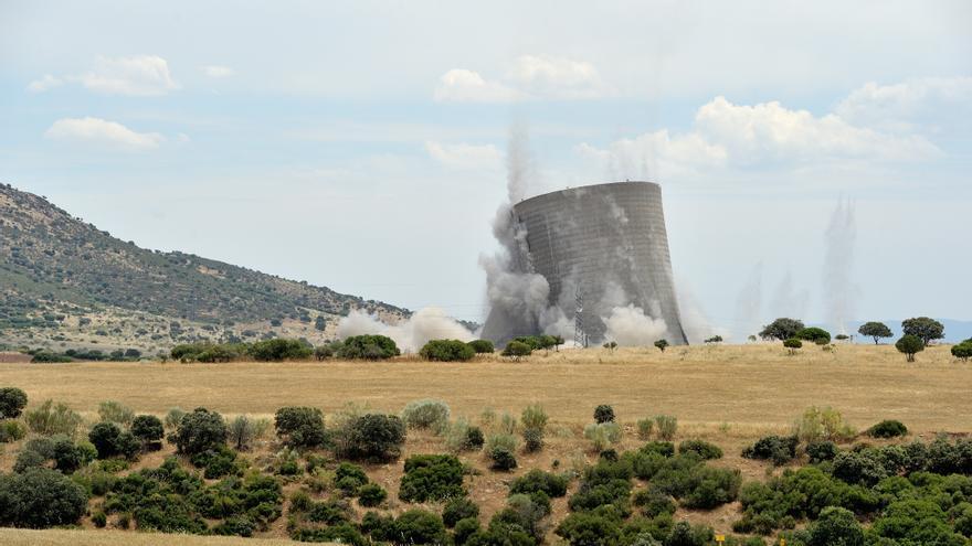 Demolición de la torre de refrigeración de Elcogas