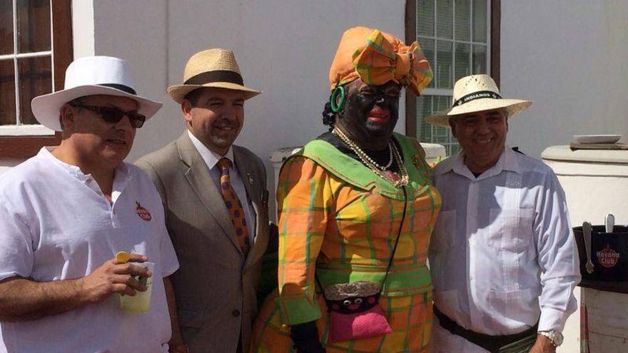 Imagen de archivo del anterior cónsul de Cuba (derecha), junto a la Negra Tomasa y el alcalde de la capital palmera, en Los Inidanos de 2014.