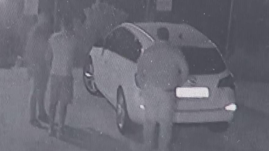 Imágenes de la cámara de seguridad de un bar en esa calle.
