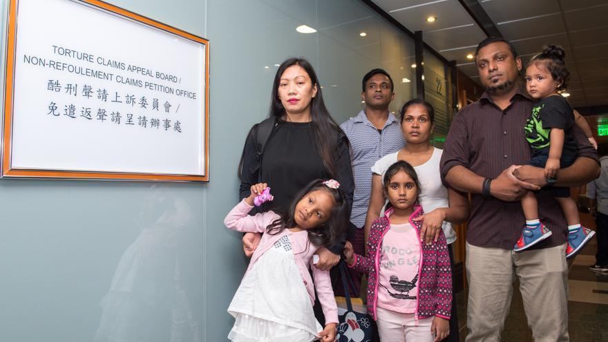 El grupo de refugiados que acogió a Edward Snowden en Hong Kong, momentos antes de atender a una audiencia de recurso por el rechazo de su solicitud de asilo en la ciudad china.
