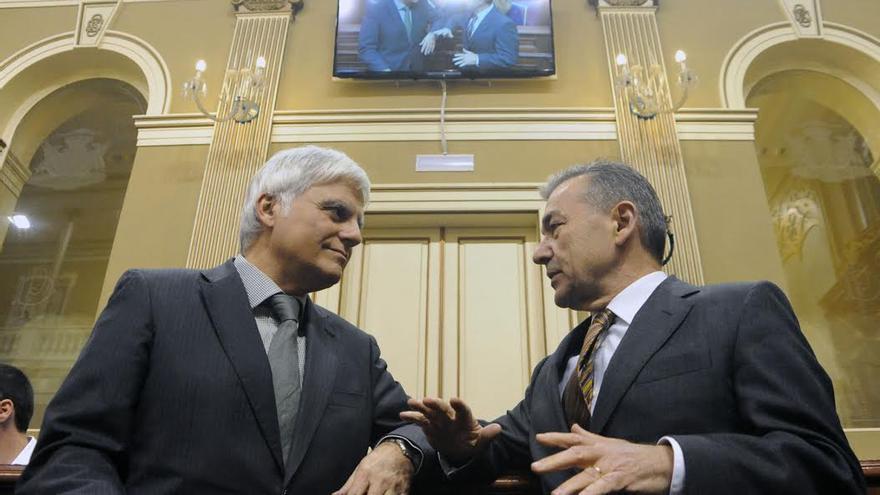 José Miguel Pérez y Paulino Rivero en el último pleno del Parlamento de Canarias.