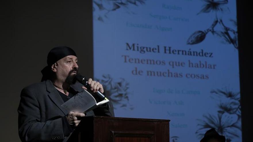 """Alumnos, poetas y Méndez de Vigo hablan """"de muchas cosas"""" de Miguel Hernández"""