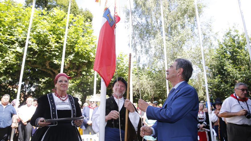 Izado de la bandera de Cantabria a cargo de Miguel Ángel Revilla   LARA REVILLA