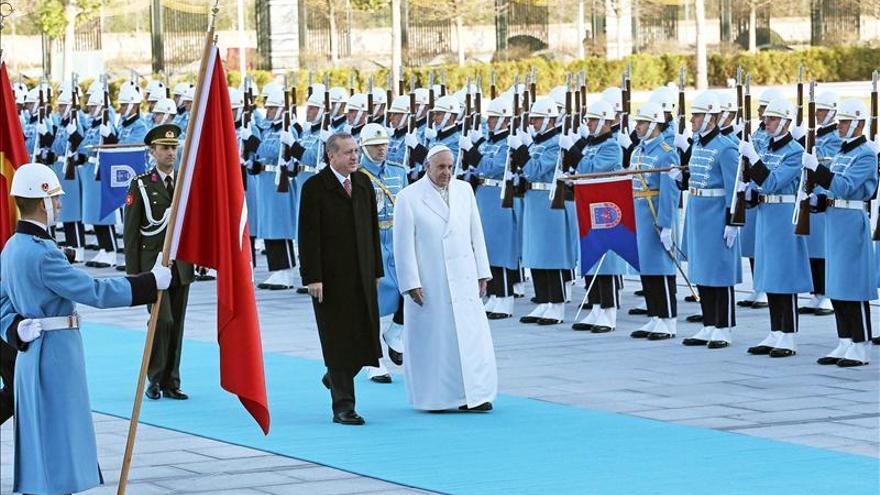 El Papa comienza su visita a Turquía con una denuncia del terrorismo en Irak y Siria