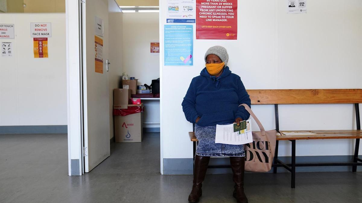 Una mujer espera en un consultorio de salud.