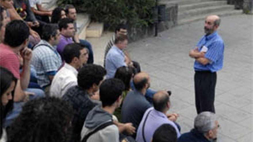 Santiago Pérez celebró un encuentro con jóvenes militantes del PSOE en la capital grancanaria. (ACFI PRESS)