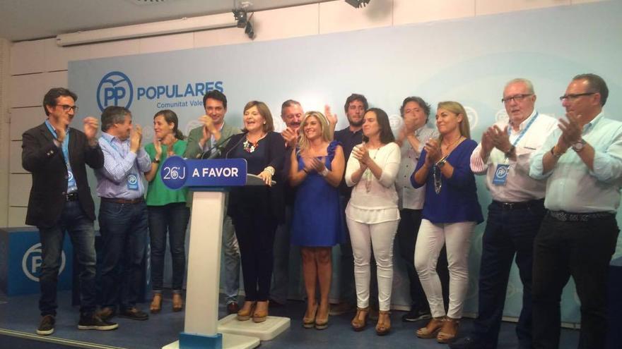 La líder del PP valenciano, Isabel Bonig, junto a dirigente, diputados y senadores populares