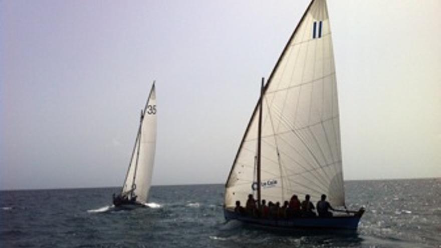 Imagen de la regata entre las dos embarcaiones. (federacionvelalatinadebotes.es)