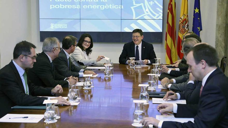Ximo Puig y Mónica Oltra en la firma del pacto contra la pobreza energética