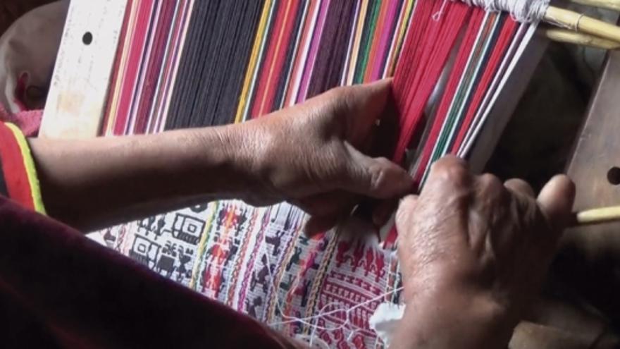Fotograma de la película 'Tejiendo relatos', de Clara Calvet y Sebastián Riveaud.