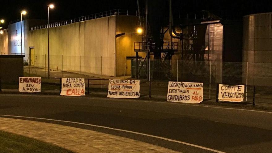 Pancartas colgadas en las inmediaciones de la fábrica, en Entrambasaguas.