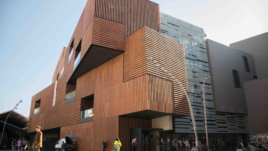 La prestigiosa escuela pública de arte Massana de Barcelona graduó a 18 de sus profesores sin ir a clase en cuatro años