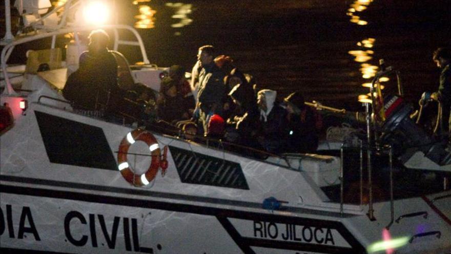 Rescatados 21 inmigrantes, entre ellos dos menores, de una patera en Almería