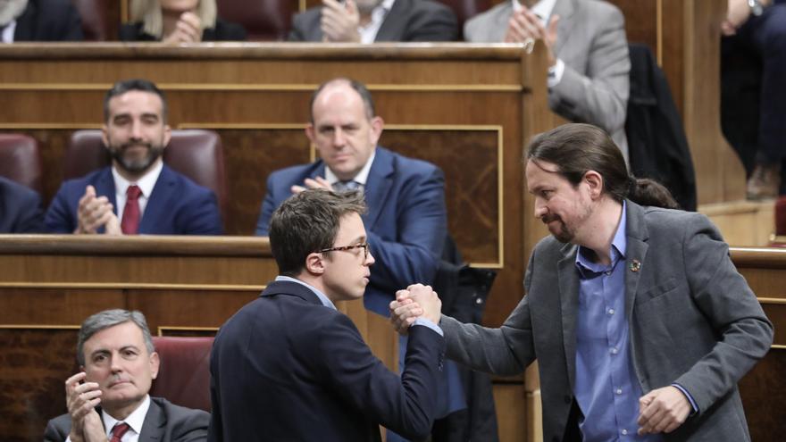 Íñigo Errejón estrecha la mano a Pablo Iglesias en la segunda votación de investidura de Pedro Sánchez