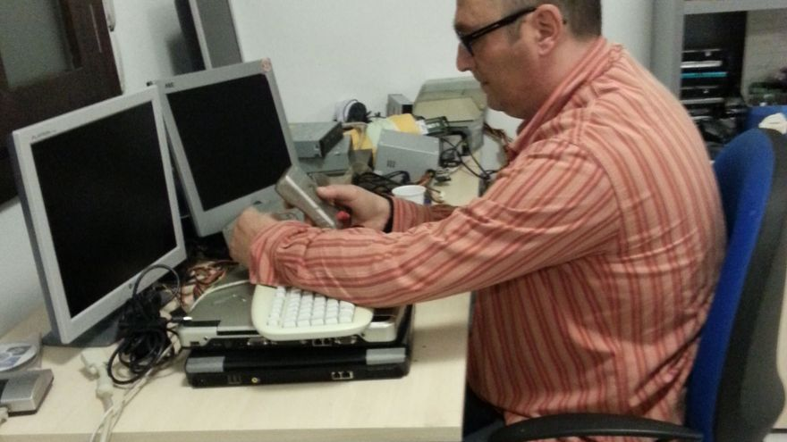 Un técnico de la Oficina de Software Libre arregla un equipo. Foto cedida por Manuel Cogolludo