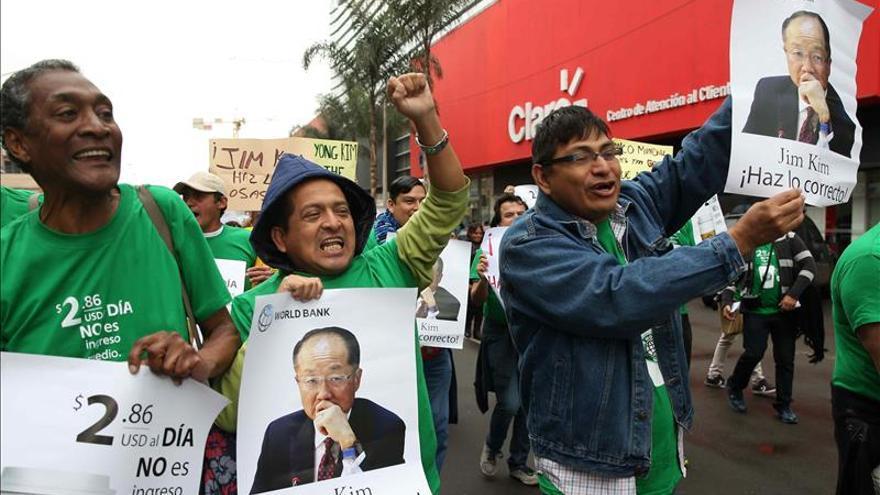 Cientos de personas marchan en Lima contra el FMI y el Banco Mundial