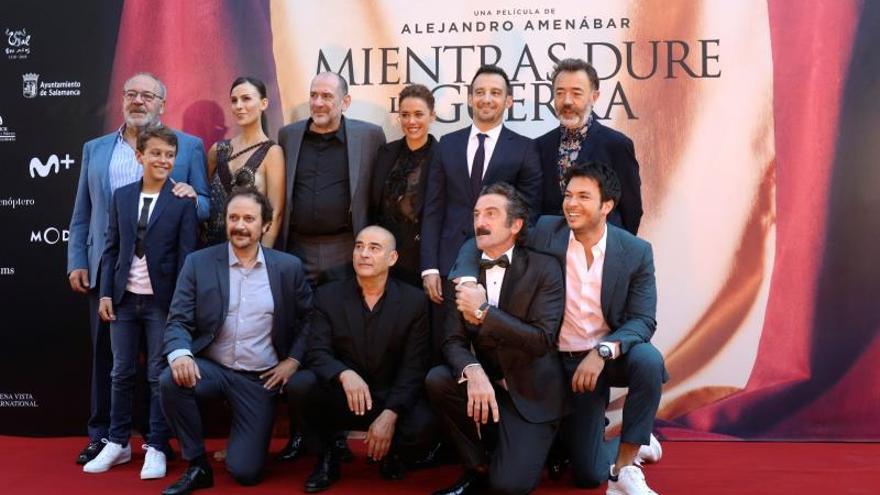 """El director Alejandro Amenábar (2d) y los actores de """"Mientras dure la guerra"""", posan a su llegada al estreno del largometraje en el Teatro Liceo en Salamanca."""