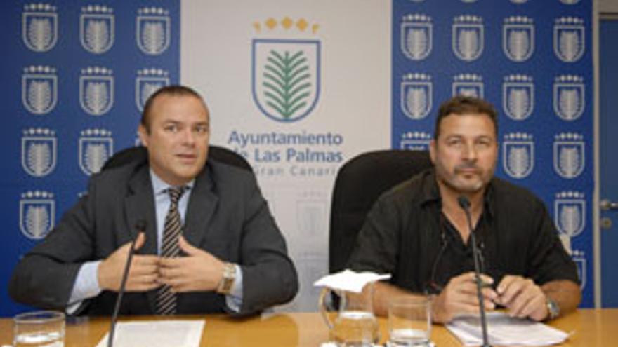 El concejal de Empleo del Ayuntamiento de LPGC, Augusto Hidalgo, y el portavoz de los trabajadores, Eudaldo Gómez, este lunes. (ACFI PRESS)