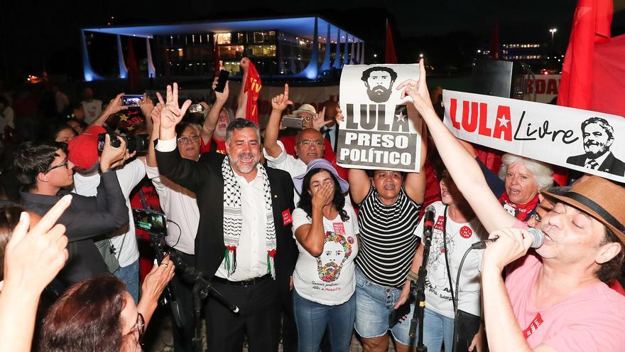 La concentración por la libertad de Lula da Silva, a las puertas del Tribunal Supremo (Brasília), contó con la presencia del diputado federal Paulo Pimenta (Partido de los Trabajadores).