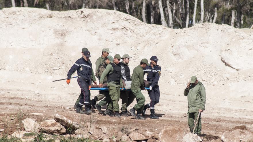 Las Fuerzas Auxiliares trasladan en camilla a un inmigrante herido que permanecía tirado en el pasillo entre vallas./Blasco de Avellaneda