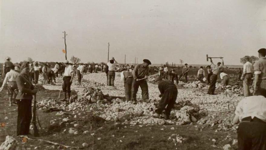 Prisioneros del campo de concentración de San Pedro de Cardeña (Burgos) trabajando en la construcción de una carretera cercana.