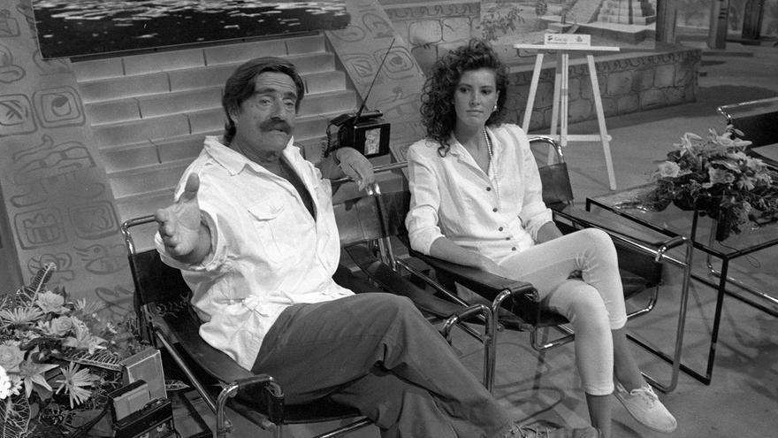 Miguel de la Quadra-Salcedo junto a Verónica Mengod. Presentaron el programa Aventura 92 en TVE.