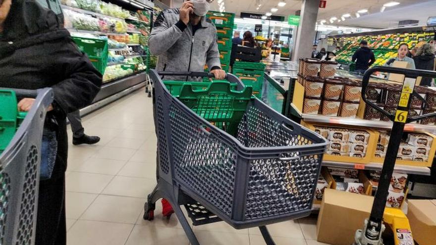 """Supermercados refuerzan el envío a domicilio y Mercadona lo suspende """"temporalmente"""" en zonas de Madrid"""