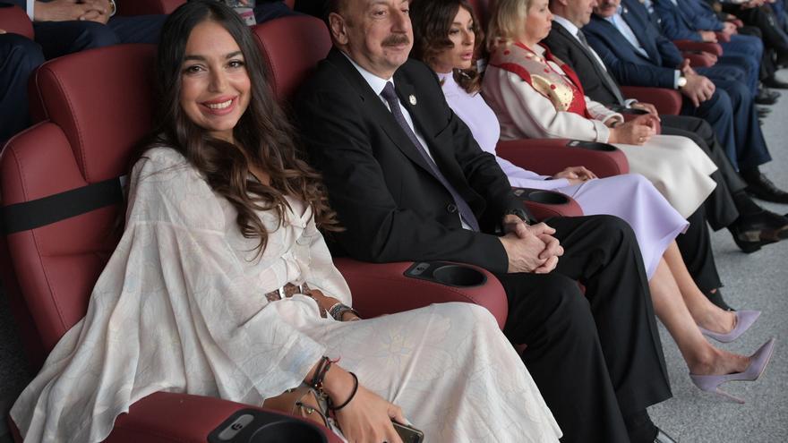 Layla Aliyeva, su padre Ilham Aliyev y el primer ministro ruso Dmitry Medvedev, durante la ceremonia de apertura del Mundial de fútbol 2018