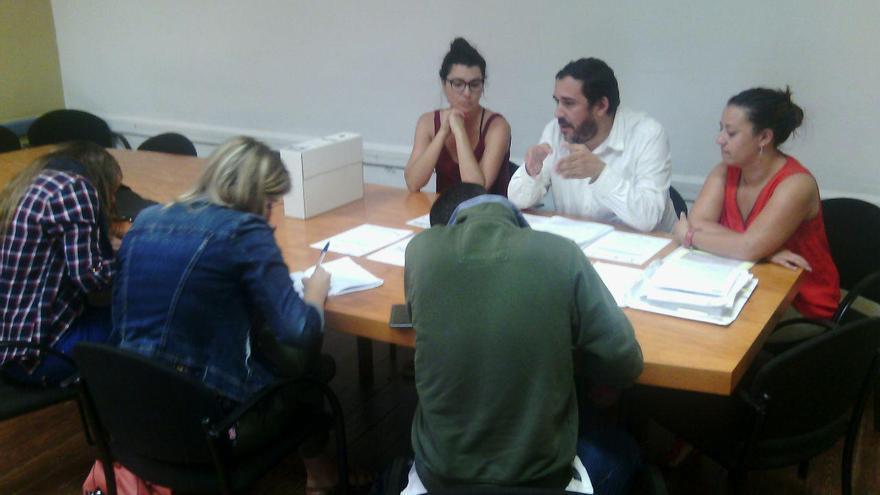 María José Roca (izquierda, en la mesa), junto a Rubens Ascanio, ambos de Unidos Se Puede, este martes