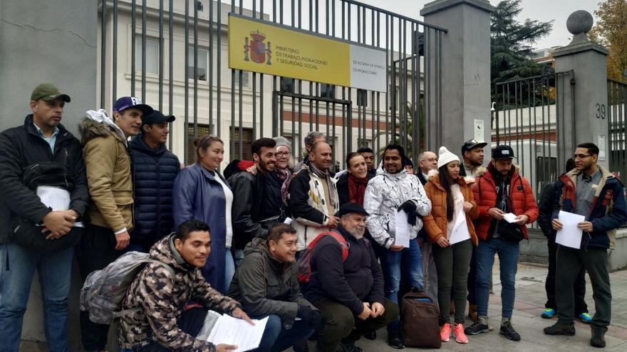 Solicitantes de asilo desatendidos en Madrid junto al Ministerio de Trabajo antes de presentar quejas formales