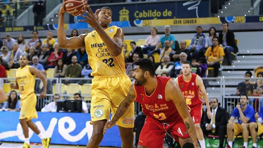 Eddy Tavares con Augusto Lima. (EFE/Quique Curbelo)
