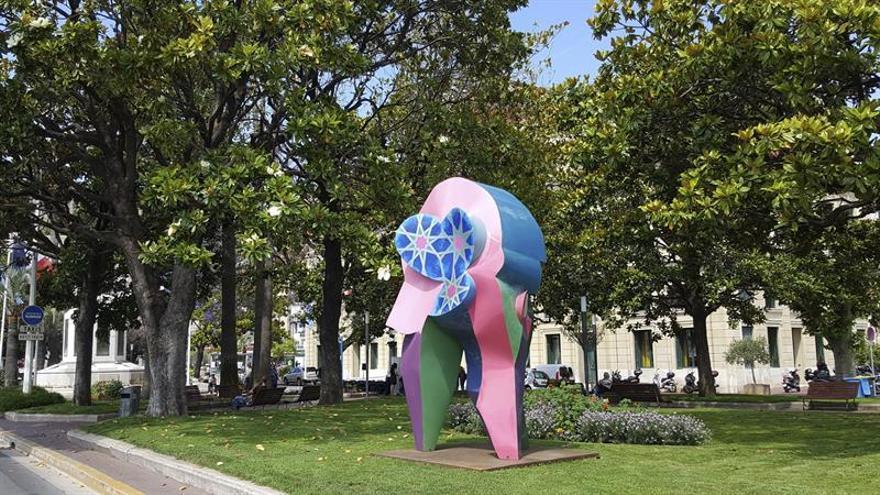El artista Cristóbal Gabarrón siembra Cannes de sus coloristas esculturas