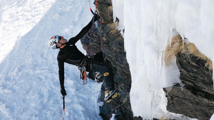 David Fernández escalando el mixto deportivo 'Momo' (M5+), Sierra Nevada.