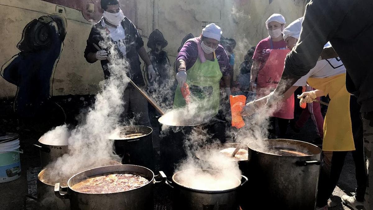 Ollas populares. En los comedores advierten que la gente está volviendo a hacer una única comida diaria.