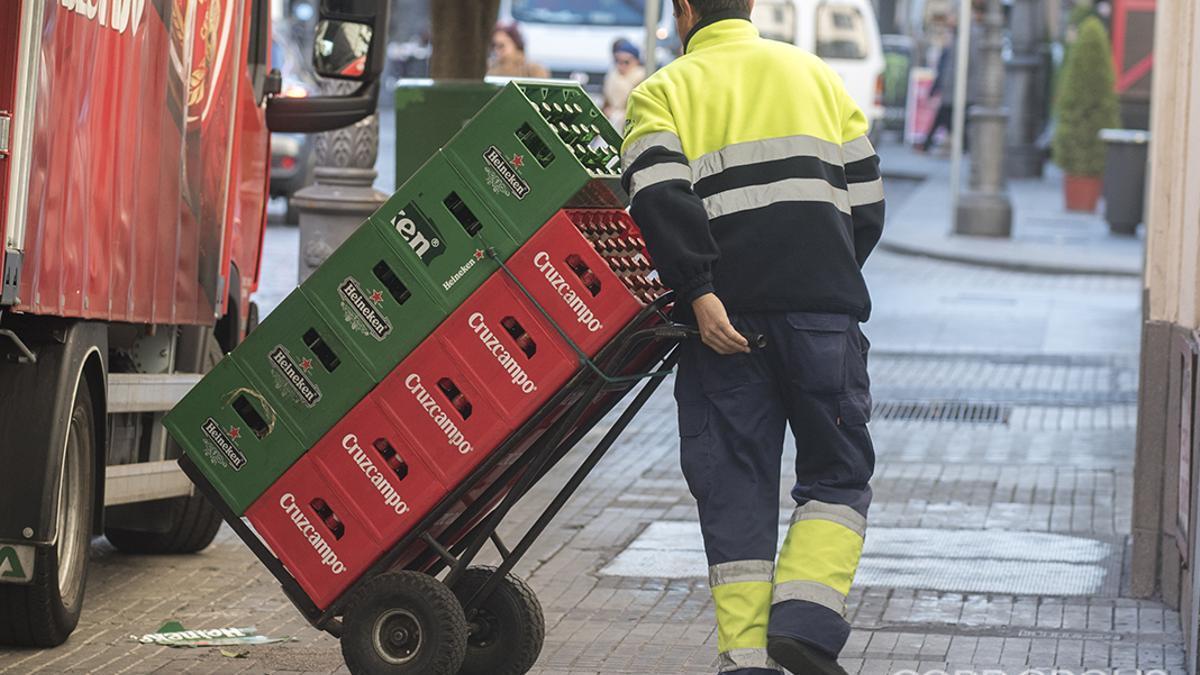 Un trabajador en plena faena de reparto de bebidas