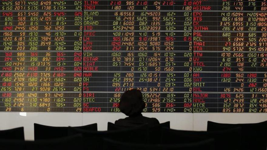 Un inversor tailandés observa un indicador bursátil en una empresa de corretaje de acciones en Bangkok (Tailandia).