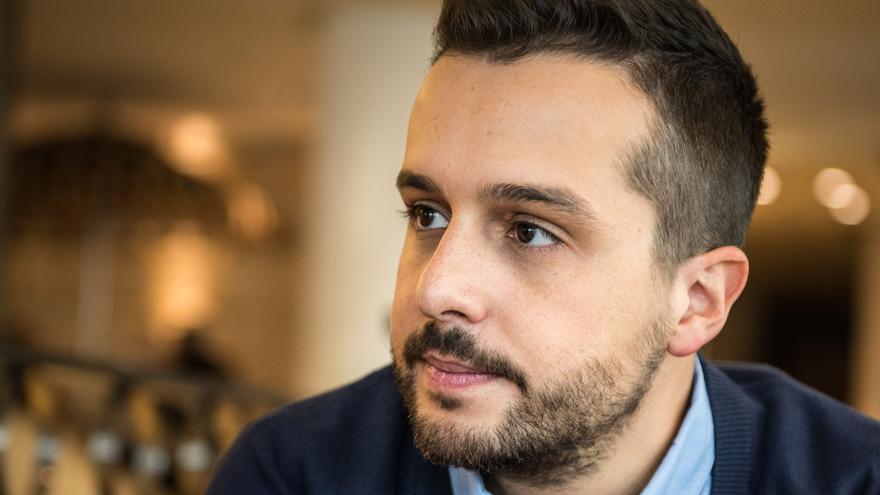 Hector Castiñeira el día de la presentación de su libro El tiempo entre Suturas