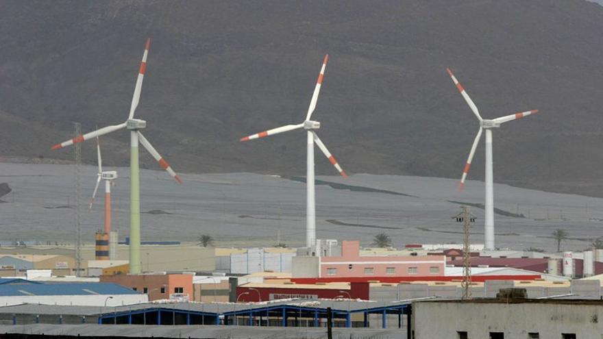 Molinos de viento situados en el polígono industrial de Arinaga, Gran Canaria.