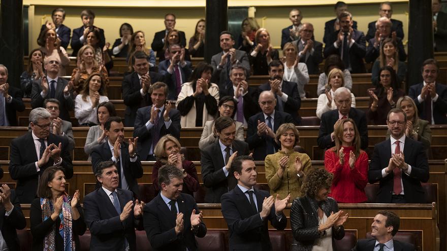 La bancada del PP aplaude a Casado tras su intervención en el Congreso, este martes.