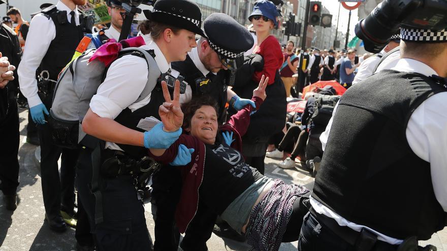 La policía arrestando a manifestantes en Oxford Circus en Londres.