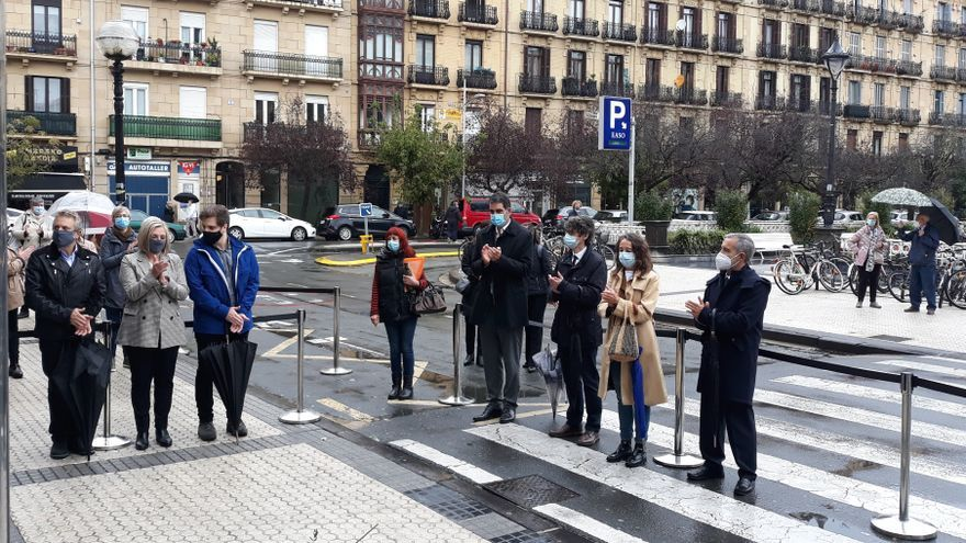 Homenaje a Begoña Urroz, asesinada por el DRIL, en la placa colocada en San Sebastián en su memoria