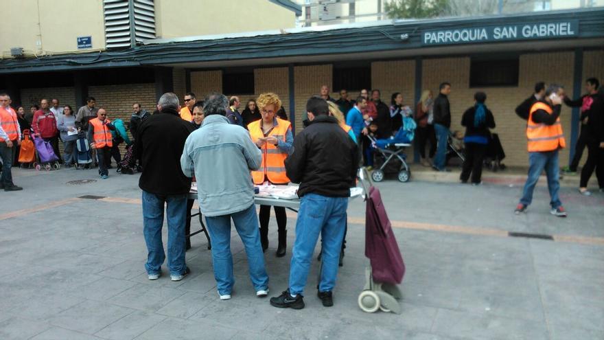 Un momento del reparto de alimentos organizado por España 2000 en Valencia