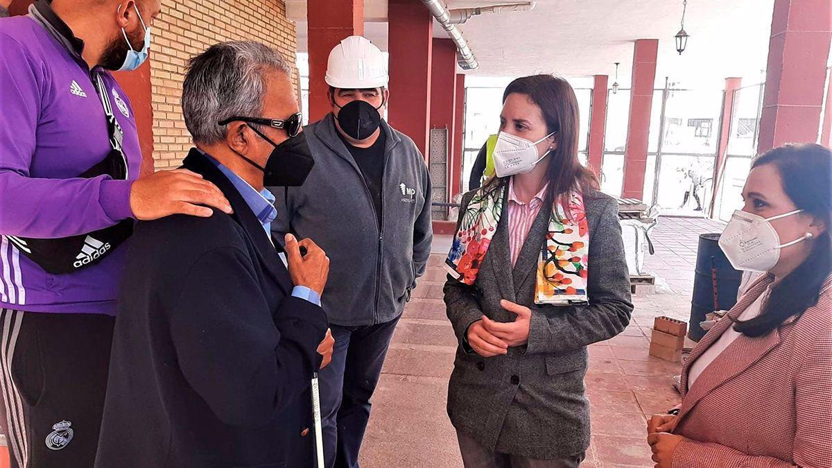 La delegada de Fomento y Ordenación del Territorio, Cristina Casanueva, en su visita a Puente Genil.