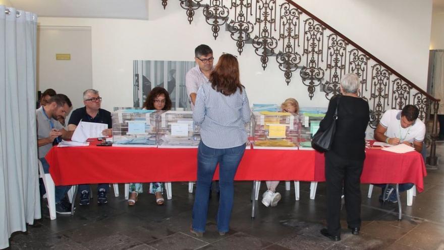 Mesa electoral en Santa Cruz de La Palma.