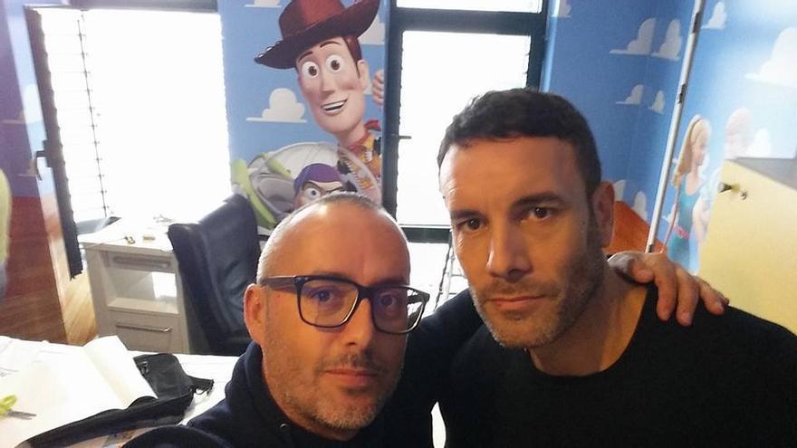 Raúl Ramos (i) y David Martín en la habitación que decoraron este jueves.