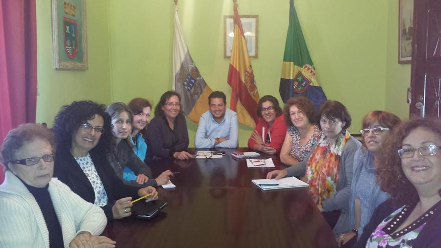 En la imagen, reunión de las mujeres de Jeribillas con Nieves Rosa Arroyo y Jacob Qadri.