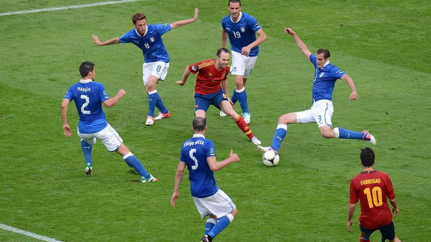 Iniesta rodeado de jugadores italianos en un partido de la selección, en 2012