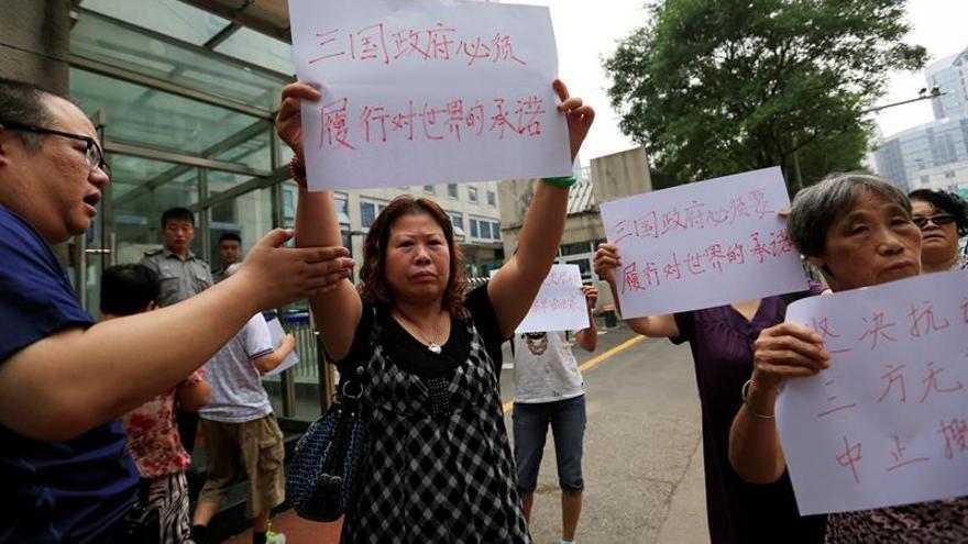 Familiares chinos piden que continúe la búsqueda del avión malasio desaparecido