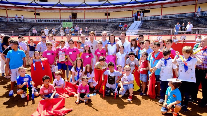 La alcaldesa de Santander junto a los niños en la jornada de promoción de la tauromaquia
